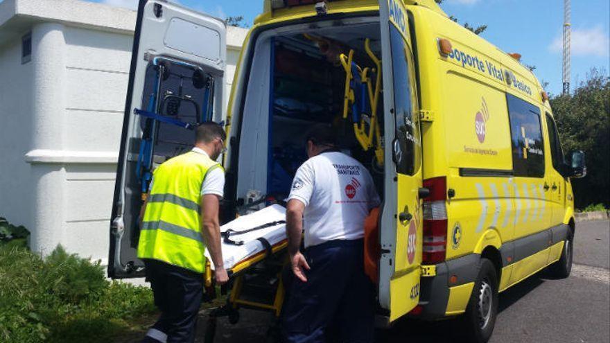Un motorista resulta herido al chocar contra un muro en Arona