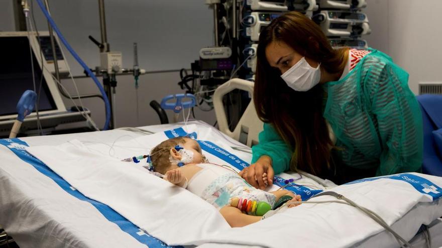 Trasplantan un sólo hígado a una niña de 13 años y un bebé de 8 meses