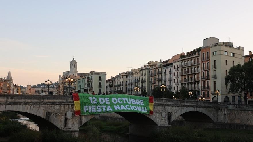 Vox desplega una gran pancarta en el Pont de Pedra de Girona pel Dia de la Hispanitat