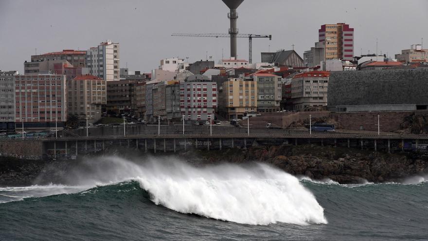 Activada la alerta naranja en toda la costa gallega por olas de más de cinco metros