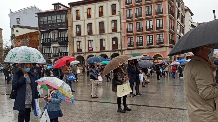 """Un centenar de comerciantes se concentra en el Ayuntamiento: """"Los ingresos son igual a cero"""""""