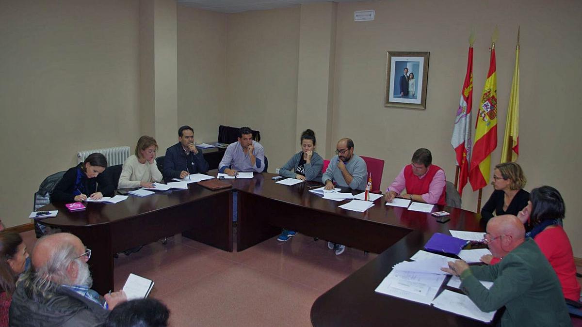 Miembros de la corporación municipal de Fuentesaúco durante un pleno presido por Eduardo Folgado. | LOZ