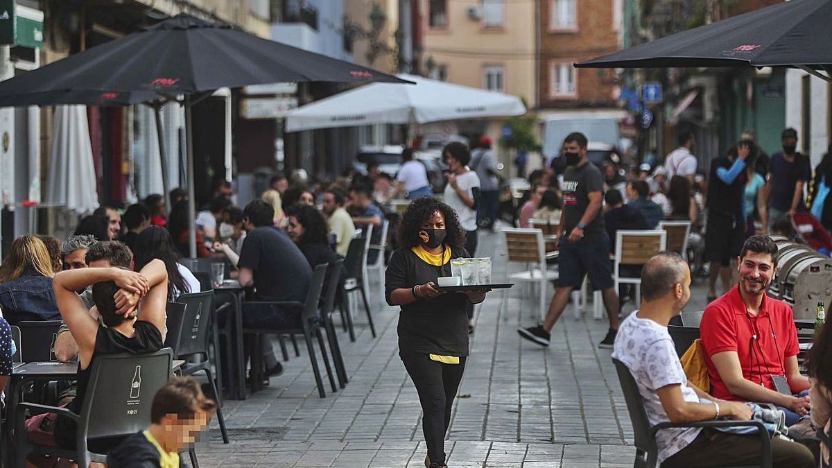 Terrazas de restaurantes y bares, llenos en el barrio de Benimaclet el pasado sábado.  | F. CALABUIG