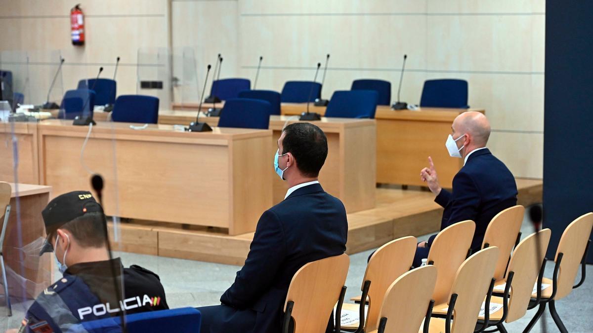 Pla general del judici a l'Audiència Nacional contra dos mossos d'Esquadra, d'esquena, que acompanyaven Puigdemont a Alemanya