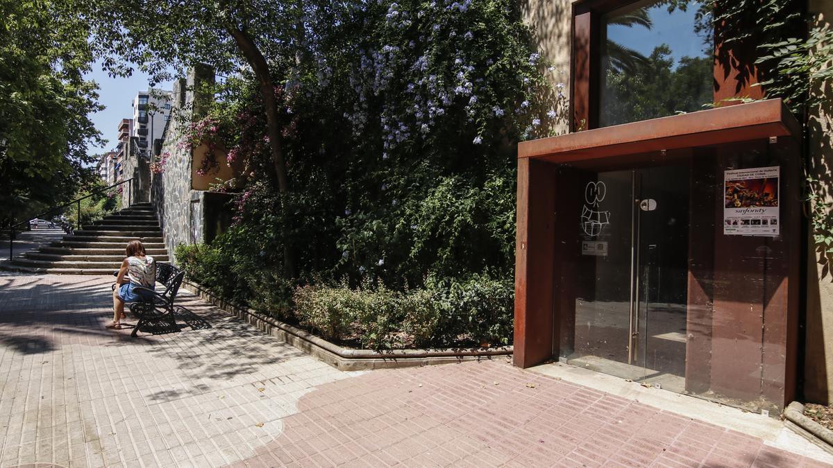 Imagen de los baños públicos de la plaza Gloria Fuertes, cerrados desde el inicio de la pandemia.