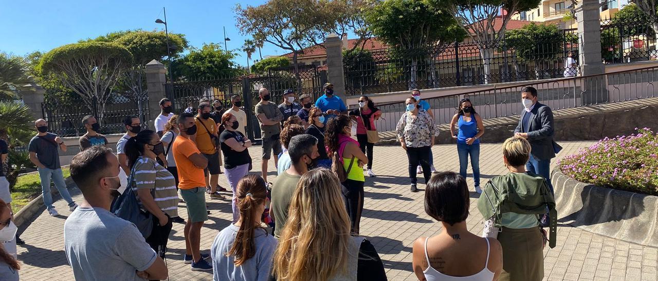 Trabajadores del polideportivo de San Juan reunidos el alcalde, Héctor Suárez