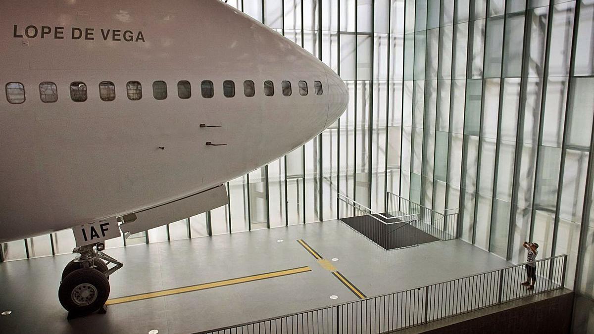 Un niño toma una foto del 'Boeing 747', en la sala Iberia del Muncyt.   | // CABALAR