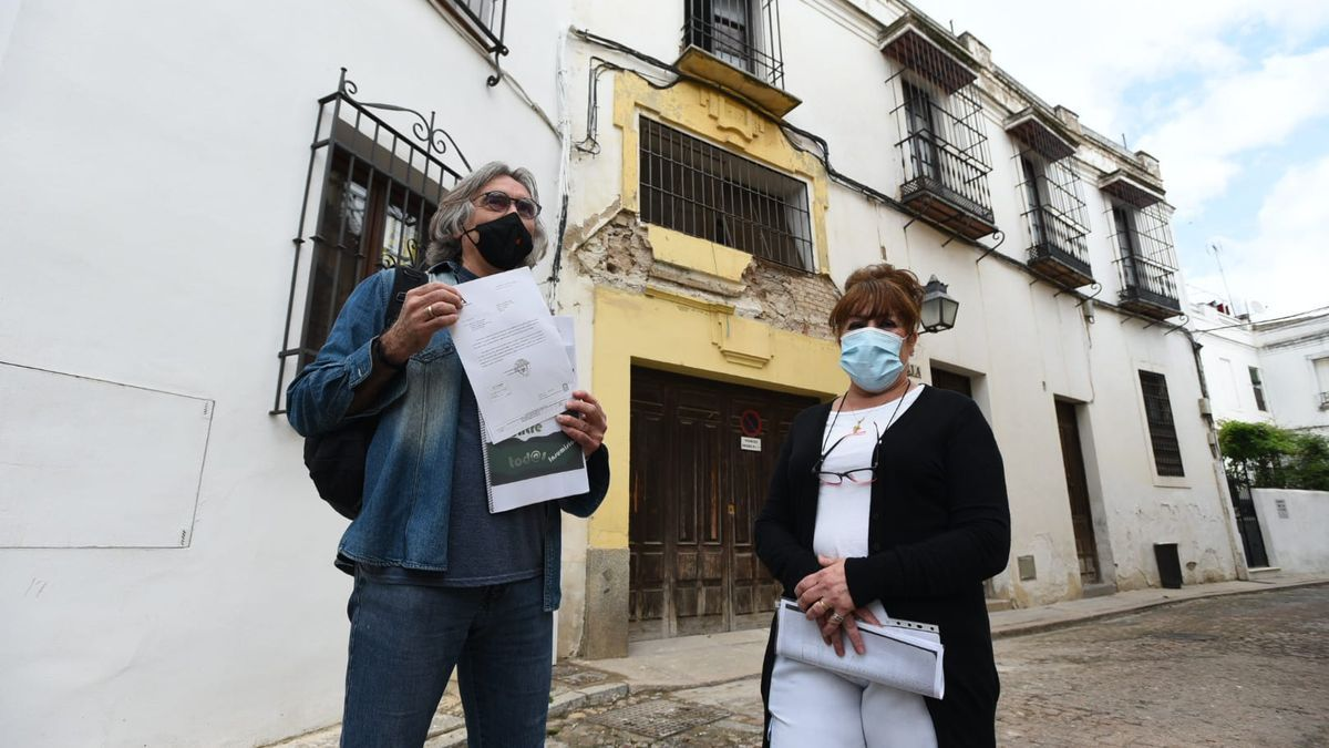 Manuel Ortega y Lourdes Martínez, delante de la vivienda en la calle Portería de Santa Clara 4.