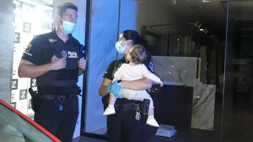 La Policía de Alcantarilla auxilia a un niño y a una bebé tras desmayarse su madre en el coche