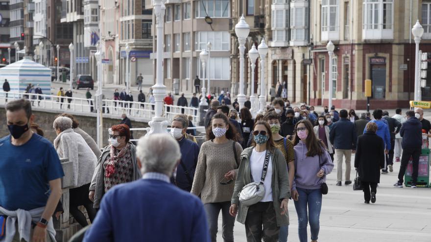 El buen tiempo y la vida social juvenil aumentan los contagios y los confinados en Asturias