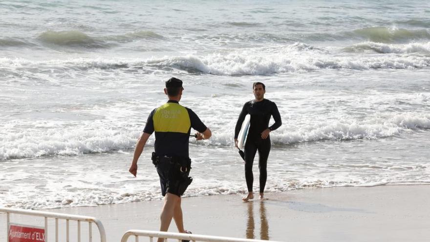 Pocos deportistas y mucho control en el primer día de vuelta al mar en Elche