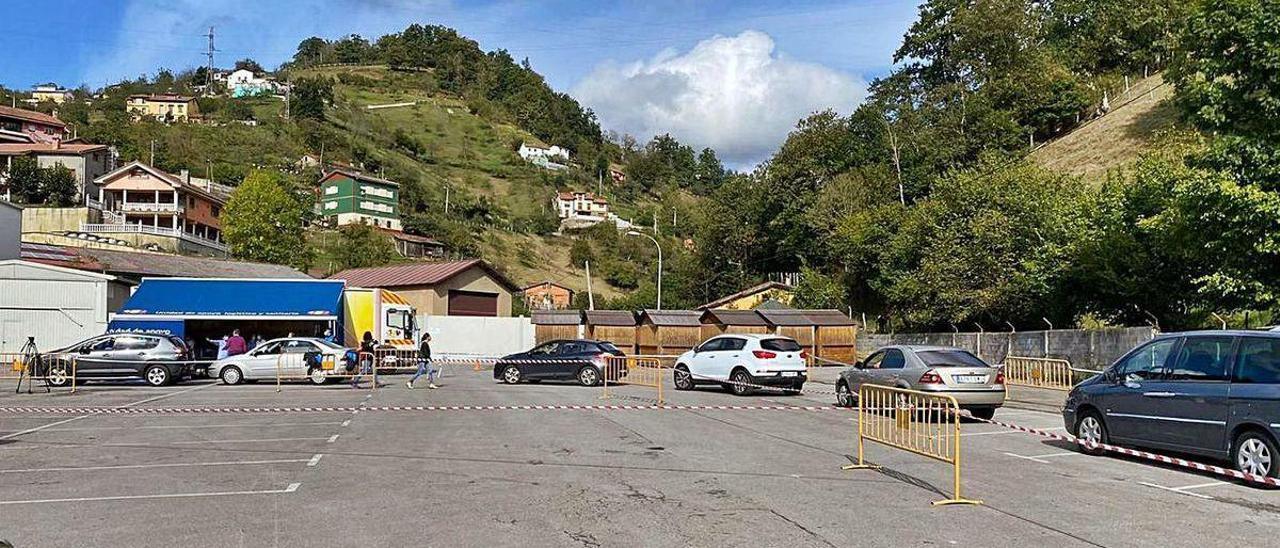 Cola de coches en uno de los autocovid instalados en Pola de Laviana.
