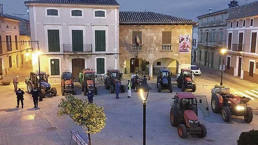 Los payeses sacan sus tractores para desinfectar calles contra el Covid-19