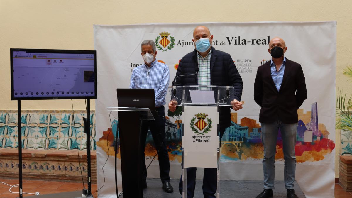 El edil Emilio M. Obiol (c) presentó este miércoles el nuevo geoportal municipal, junto a Andrés Ortega (i) y Ernesto Ramos.
