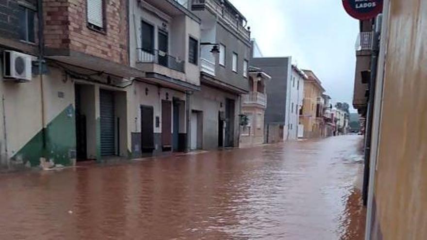 La lluvia anega las calles de Rafelguaraf
