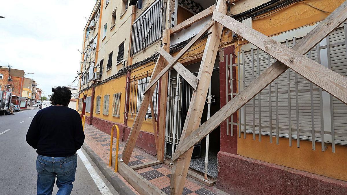 El edificio se sostiene gracias a las maderas que colocó el Ayuntamiento de forma provisional.                                            El muro se ha desplazado 13 centímetros de la estructura.
