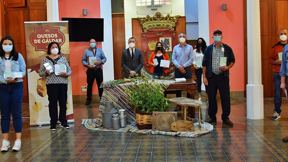 Autoridades de Gáldar y queseros premiados, ayer, tras la entrega de los premios de las catas.     A.G.