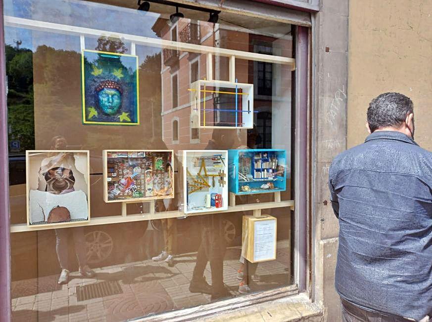 """L'antigua ferretería Allende, parte de la esposición """"Escaparate"""".   M. V."""