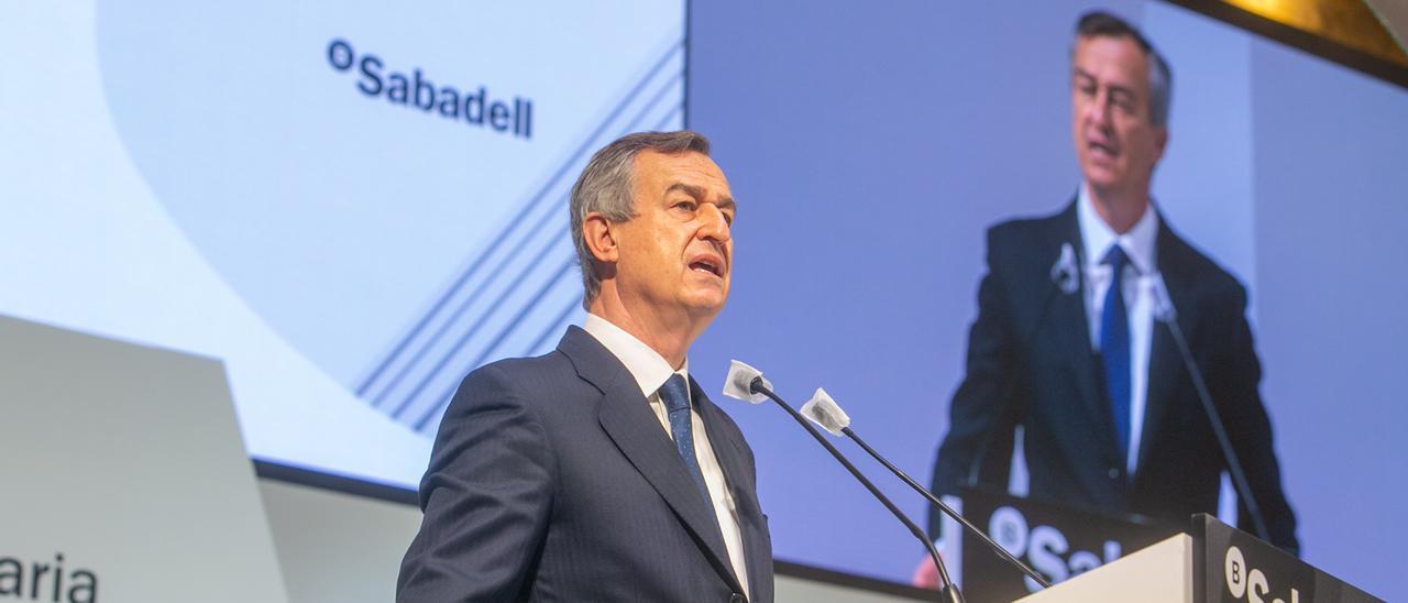 El consejero delegado del Sabadell, César González-Bueno, en la última junta del banco, celebrada en Alicante.