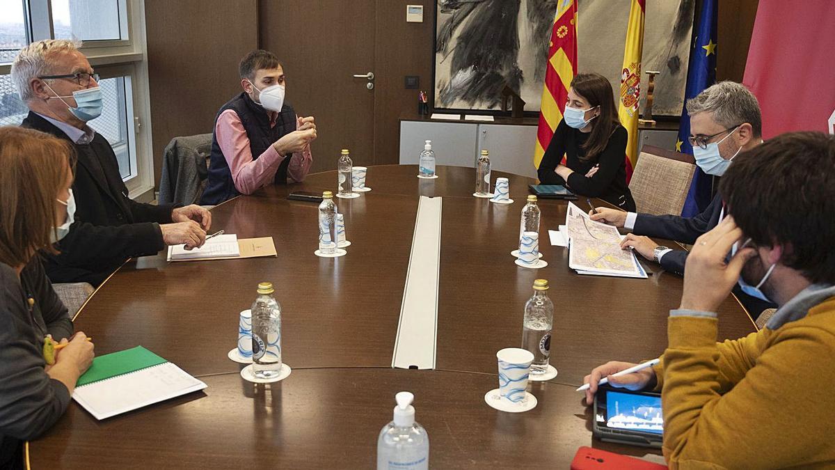 Ribó, Campillo y España, junto a técnicos de ambas administraciones, se reunieron ayer en la conselleria.   LEVANTE-EMV