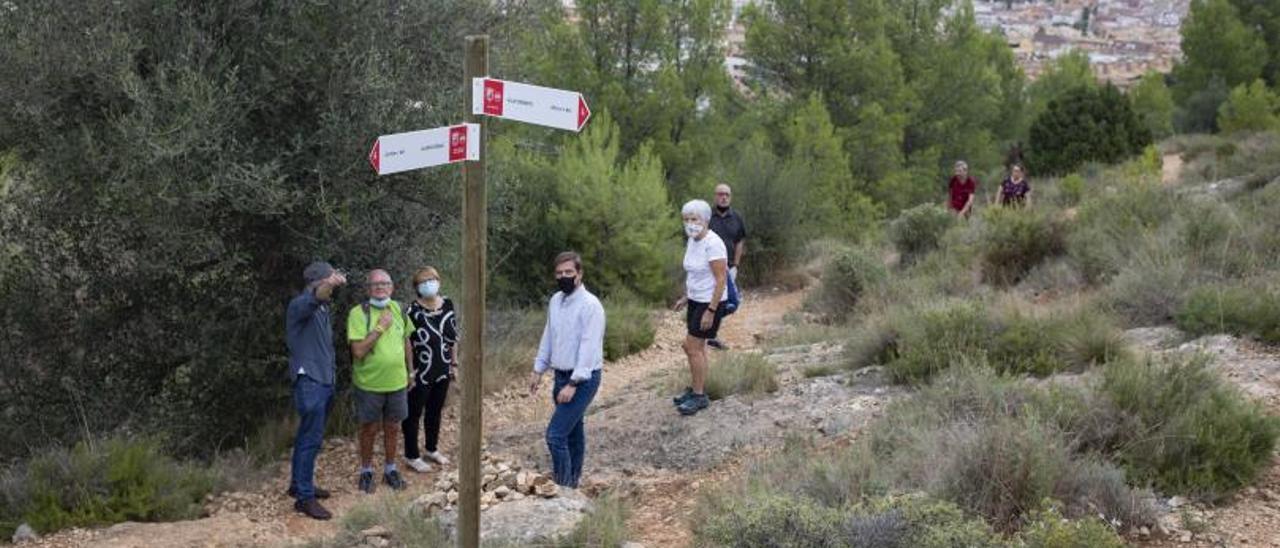 Roger Cerdà, junto al concejal José Vicente Benavent y miembros del centro excursionista. | PERALES IBORRA