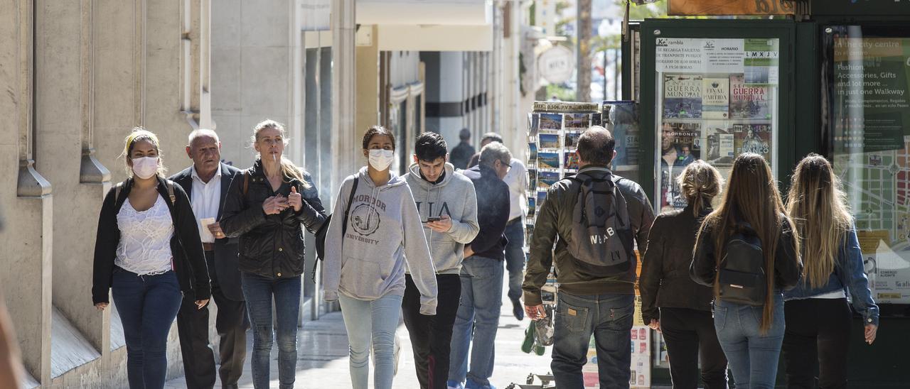 Gente por las calles del centro de Alicante y la Explanada, imagen de archivo