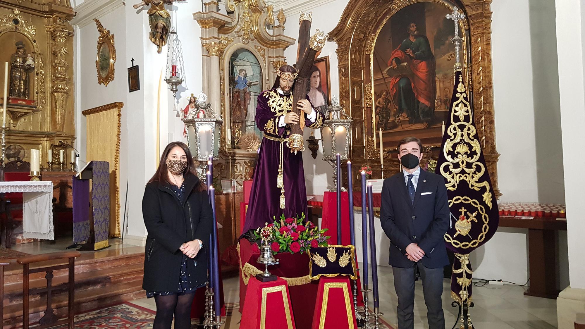 Lucena, hermanos custodiando a Nuestro Padre Jes�s del Valle.jpg