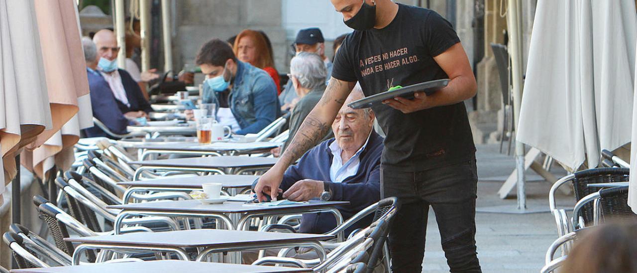 Un camarero, en Ourense.