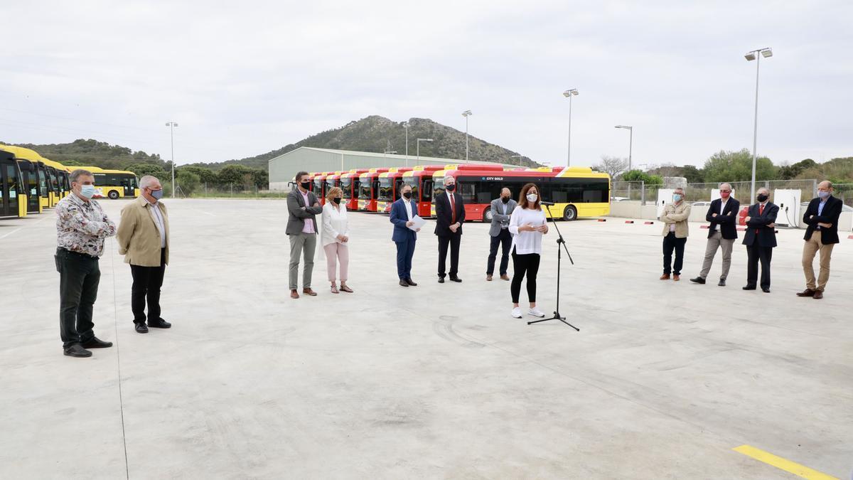 La presentación de los nuevos buses se ha realizado este viernes en el municipio de Alcúdia.