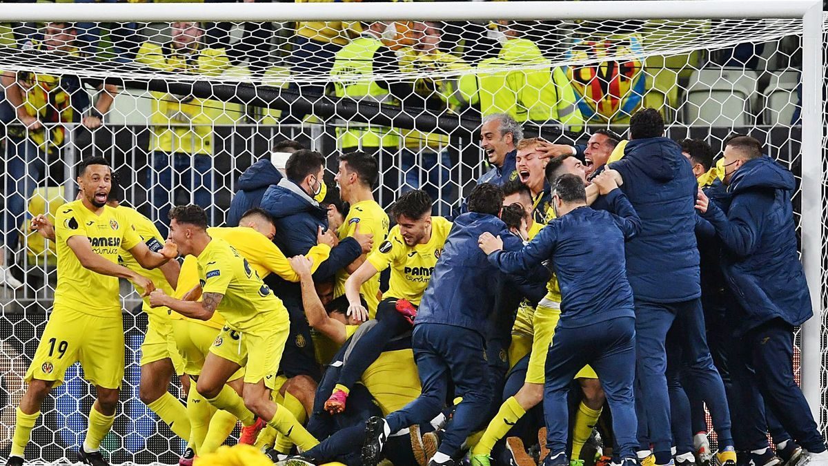 Los jugadores del Villarreal se abrazan tras conquistar la Liga Europa en la tanda de penaltis.    // REUTERS