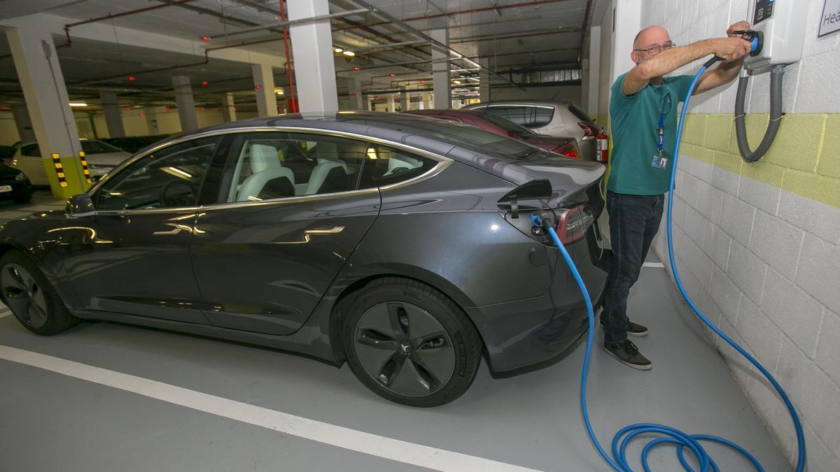 Imagen de un edificio con puntos de recarga para vehículos eléctricos