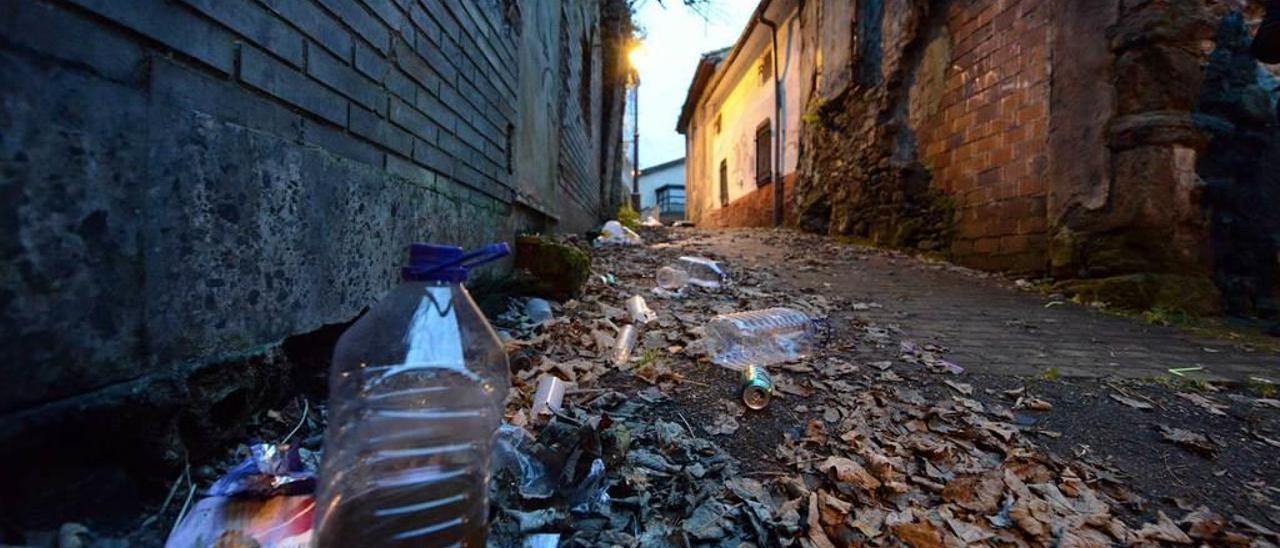 """Restos del """"botellón"""" en una de las calles del barrio de La Villa."""