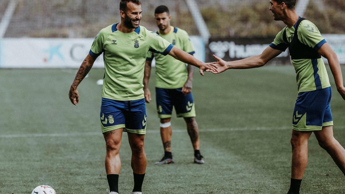 Jesé Rodríguez bromea con un compañero en la UD Las Palmas.