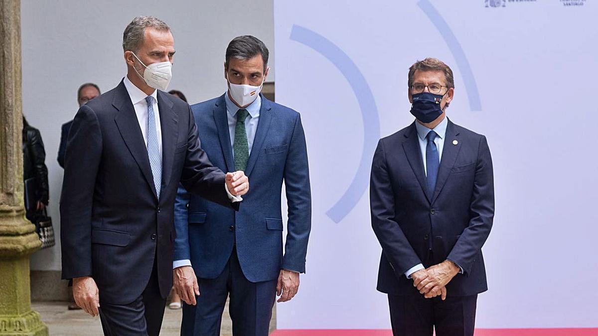 Pedro Sánchez, al lado del Rey,  en presencia de Feijóo en la reunión del Real Patronato.   | // E. P.