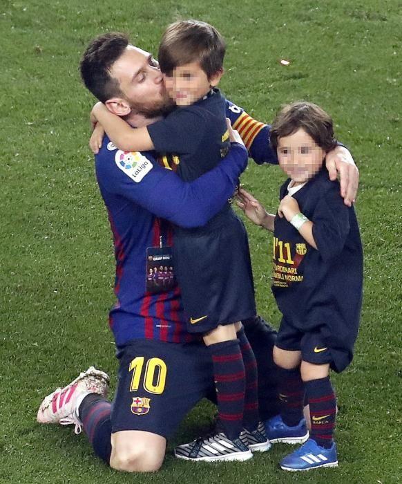 Los jugadores del Barcelona celebran el título.