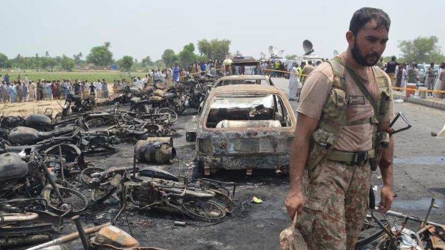 Almenys 146 morts al Pakistan en cremar un camió cisterna accidentat