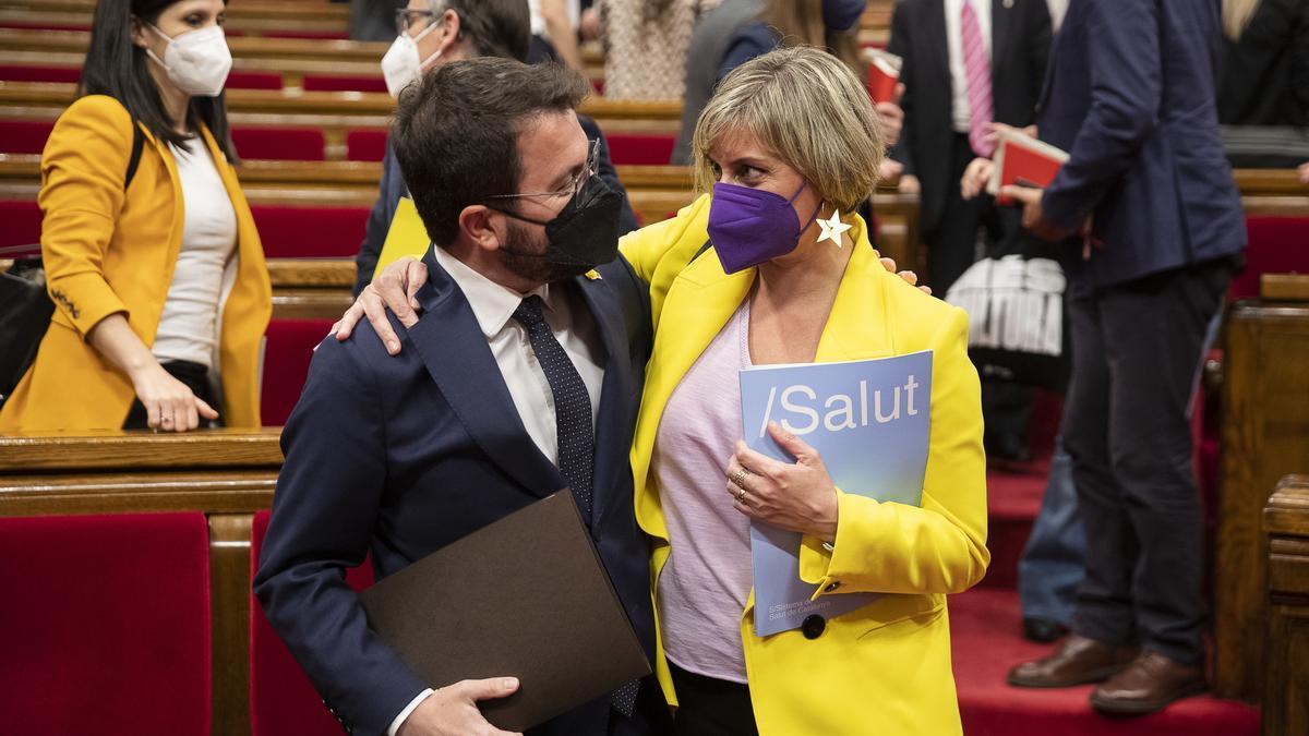 El candidat a la investidura, Pere Aragonès, s'abraça amb la diputada i consellera de Salut en funcions, Alba Vergés