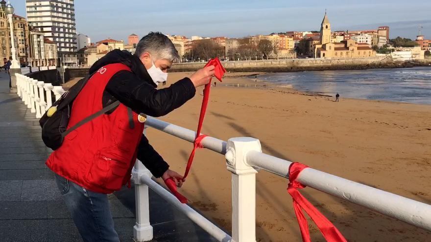 Gijón se llena de lazos rojos para conmemorar el Día Mundial de la Lucha Contra el SIDA