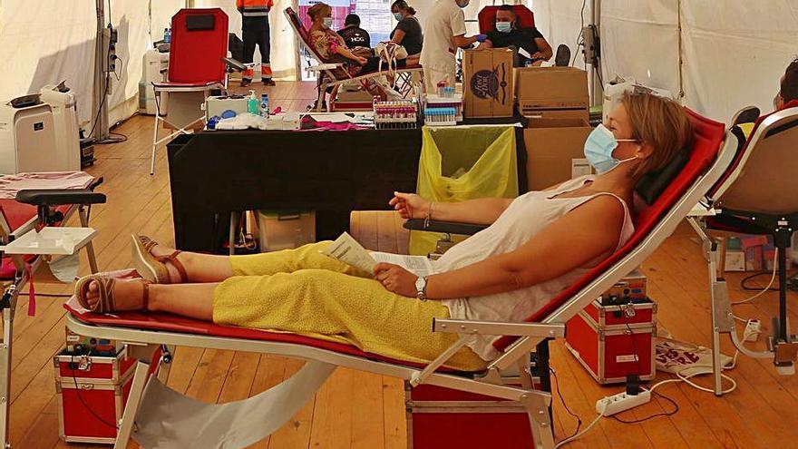 L'Escala mobilitza un centenar de persones a la plaça de l'Univers per donar sang