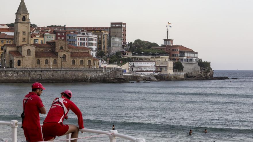 La temporada de baños en Gijón arrancará el 1 de mayo, con socorristas los fines de semana