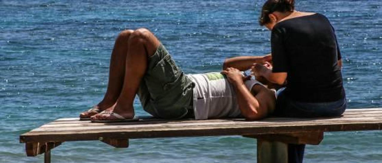 Una pareja joven en el paseo marítimo.