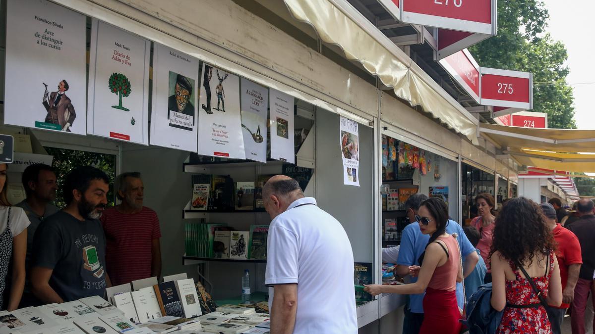 Visitantes se acercan a las casetas de la Feria del Libro de Madrid en 2019.