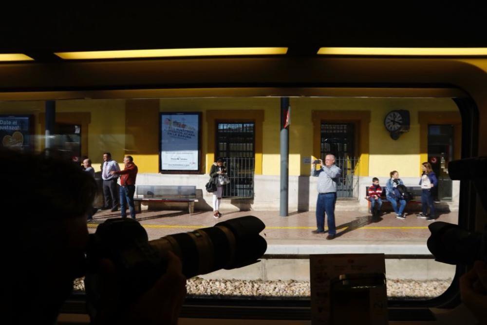 Un hombre fotografía el convoy del AVE que hace el nuevo trayecto Madrid-Castelló.