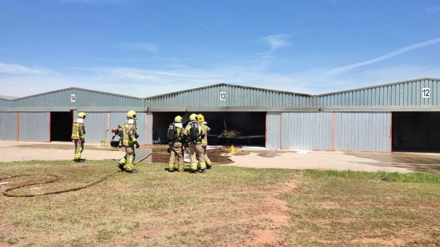 Incendi a l'interior de l'hangar número 13 de l'aeròdrom del Pla de Bages a Sallent