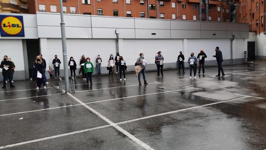 Trabajadores de LIDL piden más seguridad frente al virus concentrándose en Oviedo