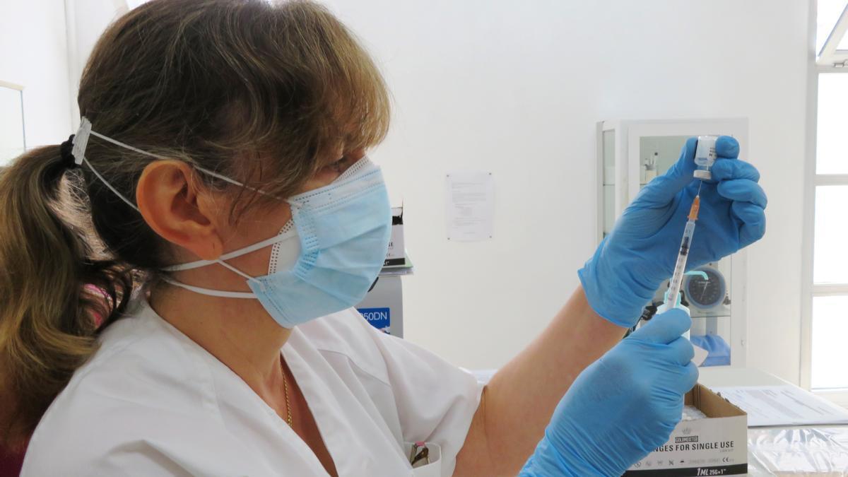 Una sanitaria de Monesterio prepara las dosis para las vacunas covid-19