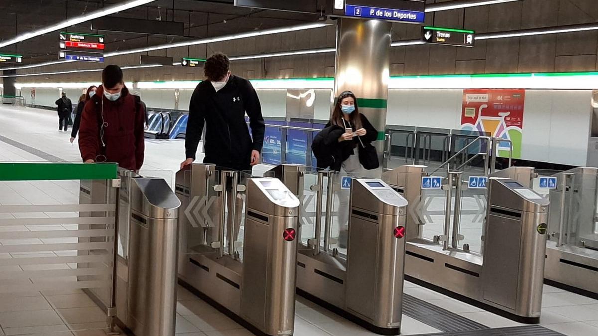 Varios usuarios acceden al metro de Málaga en la estación de El Perchel.