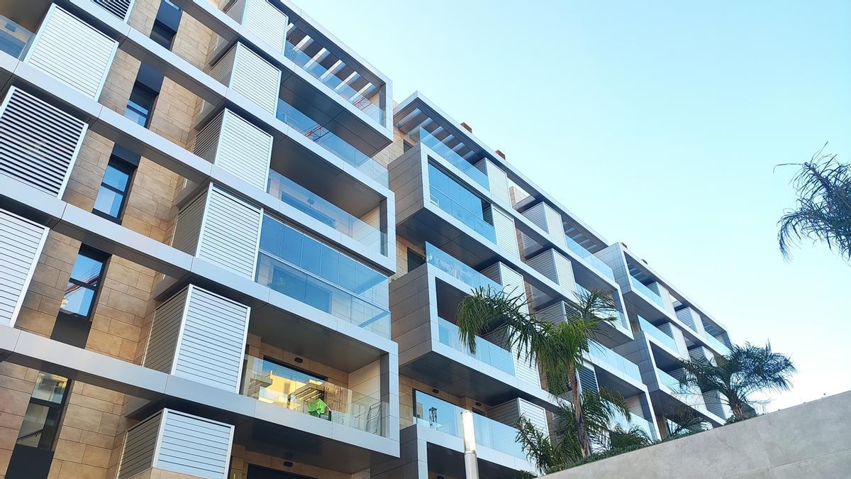 Edificio de viviendas con terrazas acristaladas en Córdoba