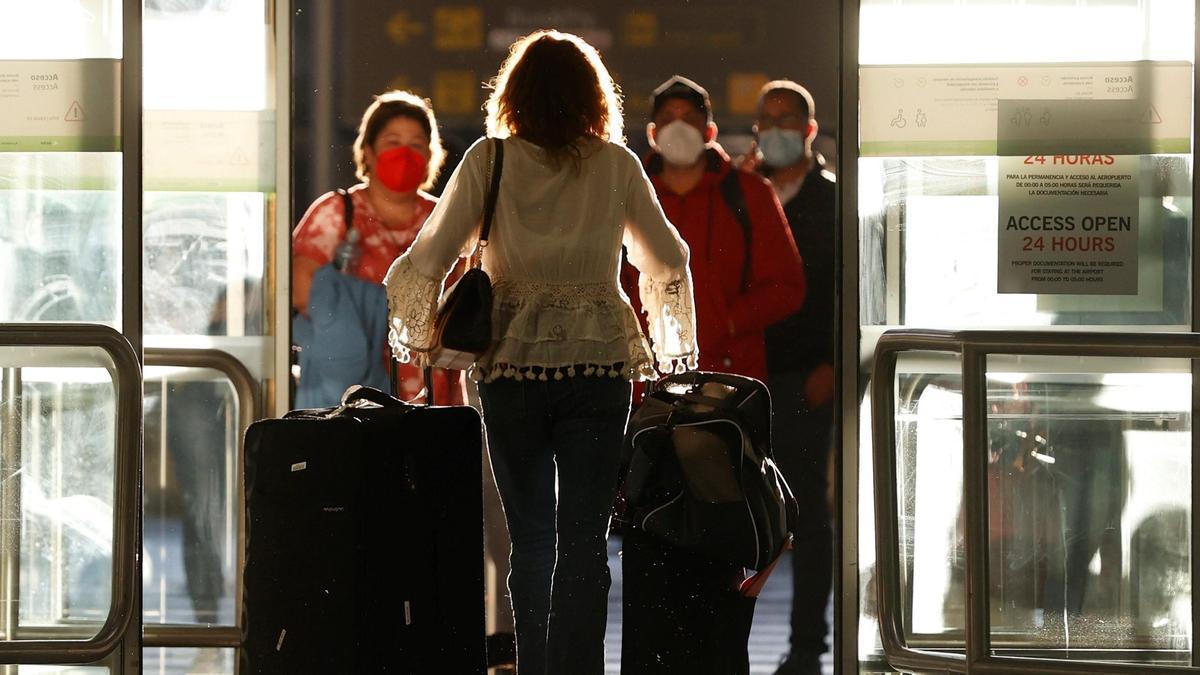 Llegada de pasajeros al aeropuerto de Barajas.