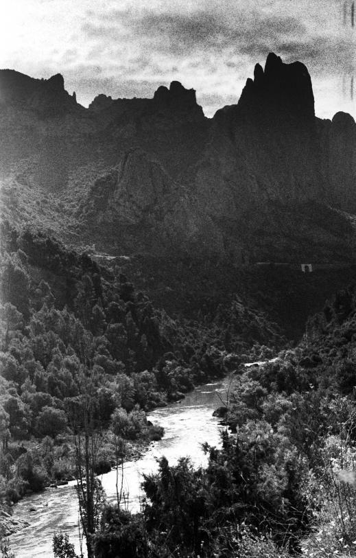 El río Gállego desciende por la Hoya de Huesca, cerca de Murillo de Gállego.